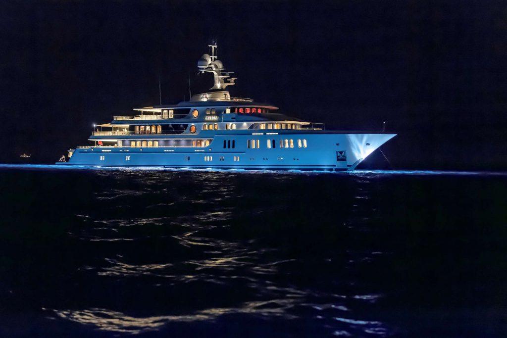 side Aurora yacht