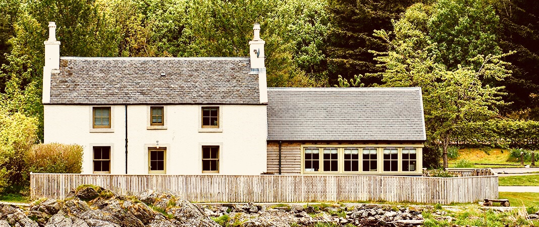 The cottage here you can stay near Eilean Donan.