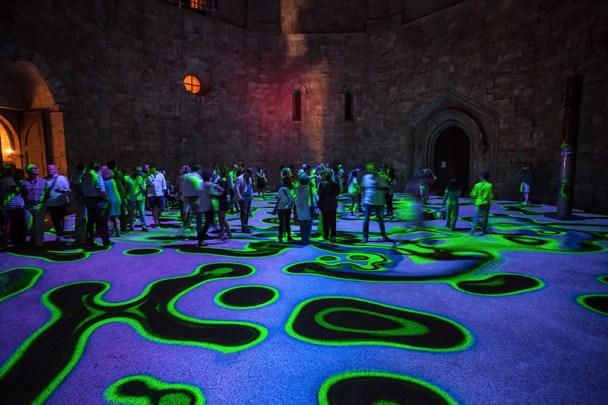 miguel-chevalier-magic-carpets-interactive-virtual-reality-installation-castel-del-monte-italy-designboom-09
