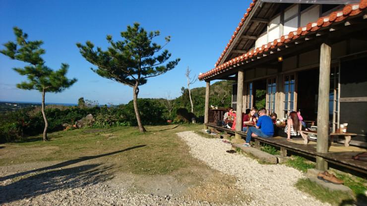 青空と琉球松と赤瓦がエエ雰囲気だで。