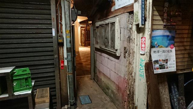 栄町商店街・夜・トイレへの通路