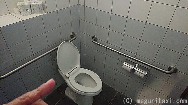 ホワイトビーチ基地内の車いすトイレ