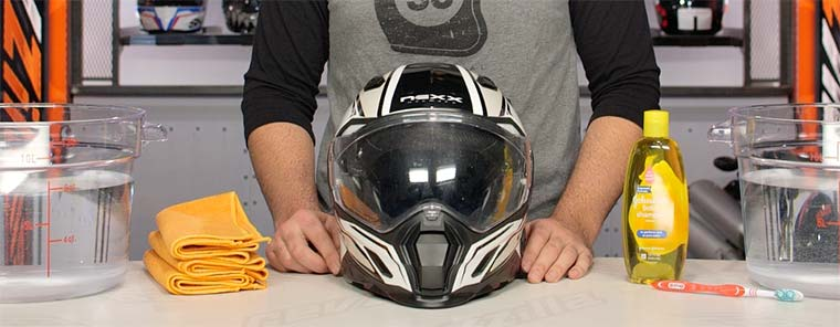 Consejos previos antes de comenzar a limpiar un casco de moto
