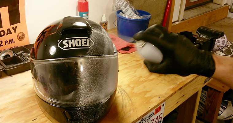Cómo limpiar la parte exterior del casco