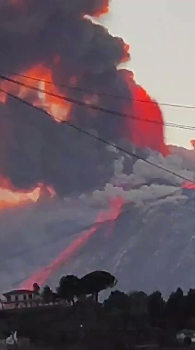 NEW - Majestic eruption from Mount #Etna in #Sicily this afternoon.