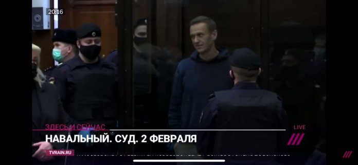 JUST IN - #Navalny draws a heart on the glass of his cage for his wife, Yulia, after sentenced to 3.5 years in a prison colony.