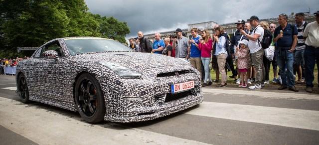 Erlkönig Nissan GT-R getarnt mit schwarz-weiß-Folie
