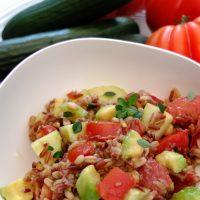 Getreidesalat mit Avocado, Gurke und Tomaten