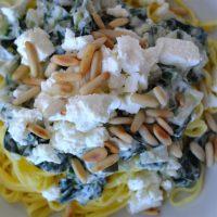 Fettuccine mit Mangold, Schafskäse und Pinienkernen