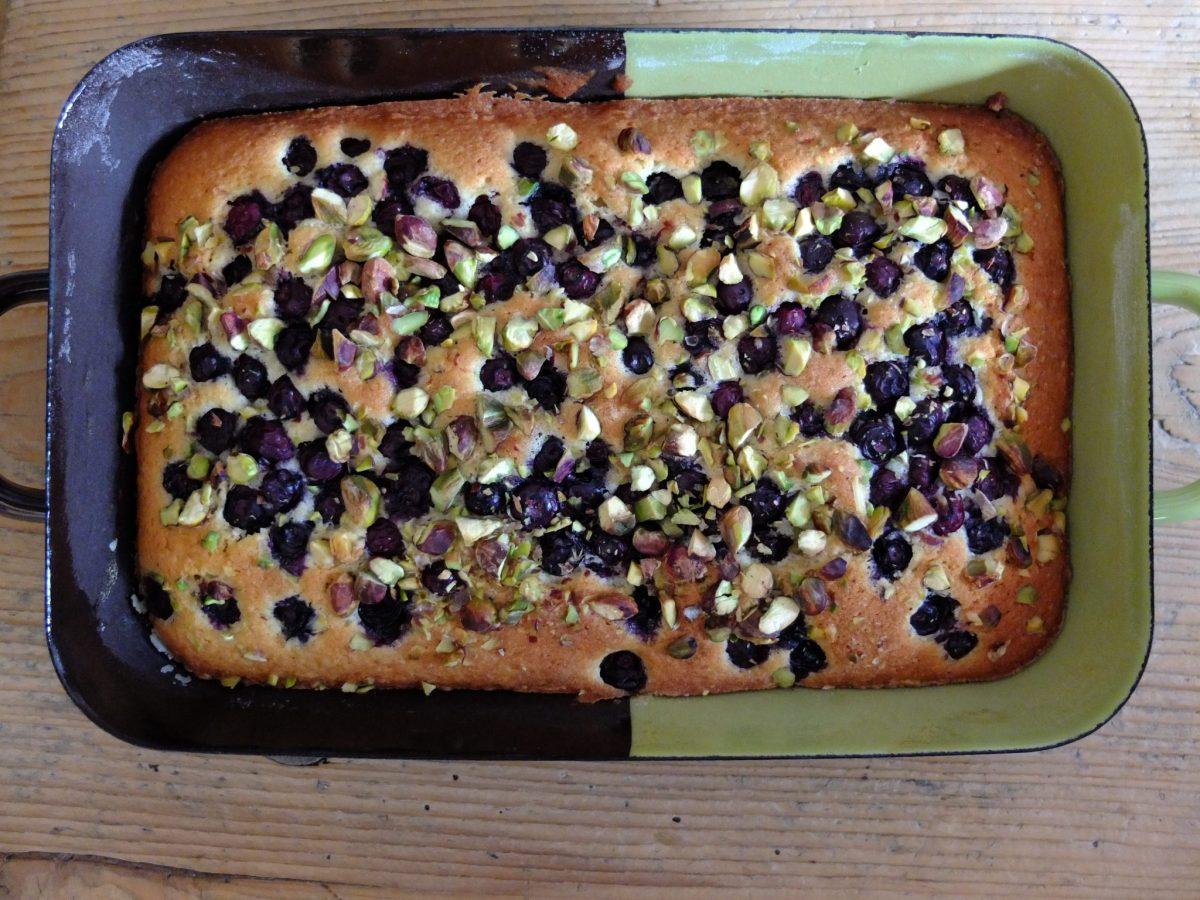 Fruchtiger Kuchen mit Blaubeeren und Pistazien