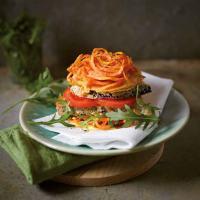 """Auberginen-Burger mit Süßkartoffel-Bun - aus meinem Kochbuch """"Spiralize it!"""""""