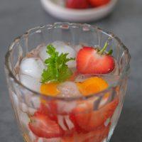 Kurkuma-Minz-Wasser mit Erdbeeren