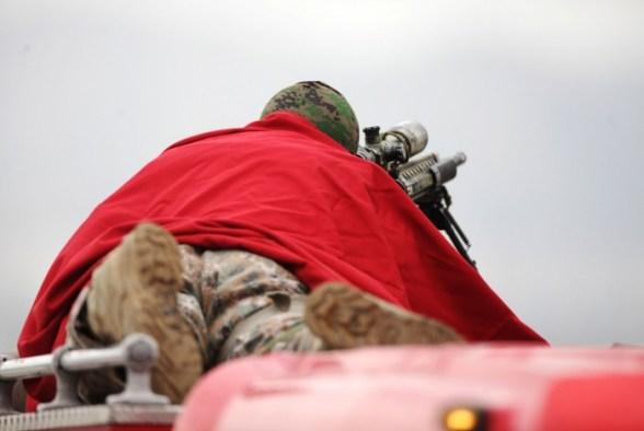 Sniper posicionado durante o sequestro de ônibus na Ponte