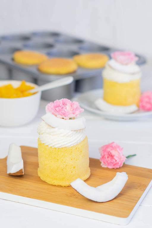 Cake Cups mit Pfirsichfüllung und Kokossahne