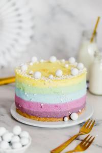 Regenbogen-Kaesekuchen