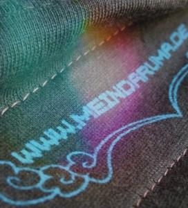Macro-Aufnahme von Label von Shirt mit Tiger-Aufdruck, Farbe: brown