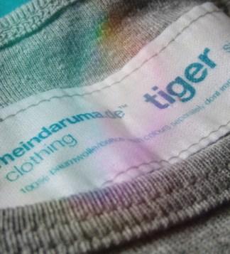 Macro-Aufnahme von Label von Shirt mit Tiger-Aufdruck, Farbe: grey