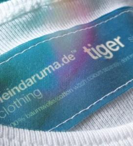 Macro-Aufnahme von Label von Shirt mit Tiger-Aufdruck, Farbe: white