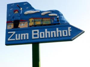 Schild_Zum_Bahnhof_Borkum_2014_09_18_Foto_Backert (1)