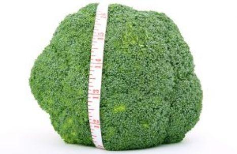 Brokkoli mit einem Maßband umwickelt