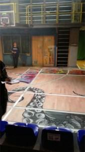 Turnhallenboden mit Graffities
