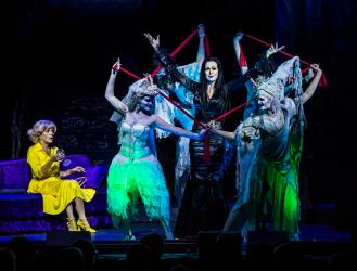 Addams-Family: Premiere im Merziger Zeltpalast: Edda Petri als MorticiaAddams und April Hailer als Alice Beineke (l). Foto: Rolf Ruppenthal/ 23. Aug. 2014