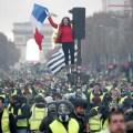 с флагом франции на протесте