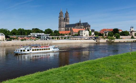 Magdeburg: Dom mit weißer Flotte