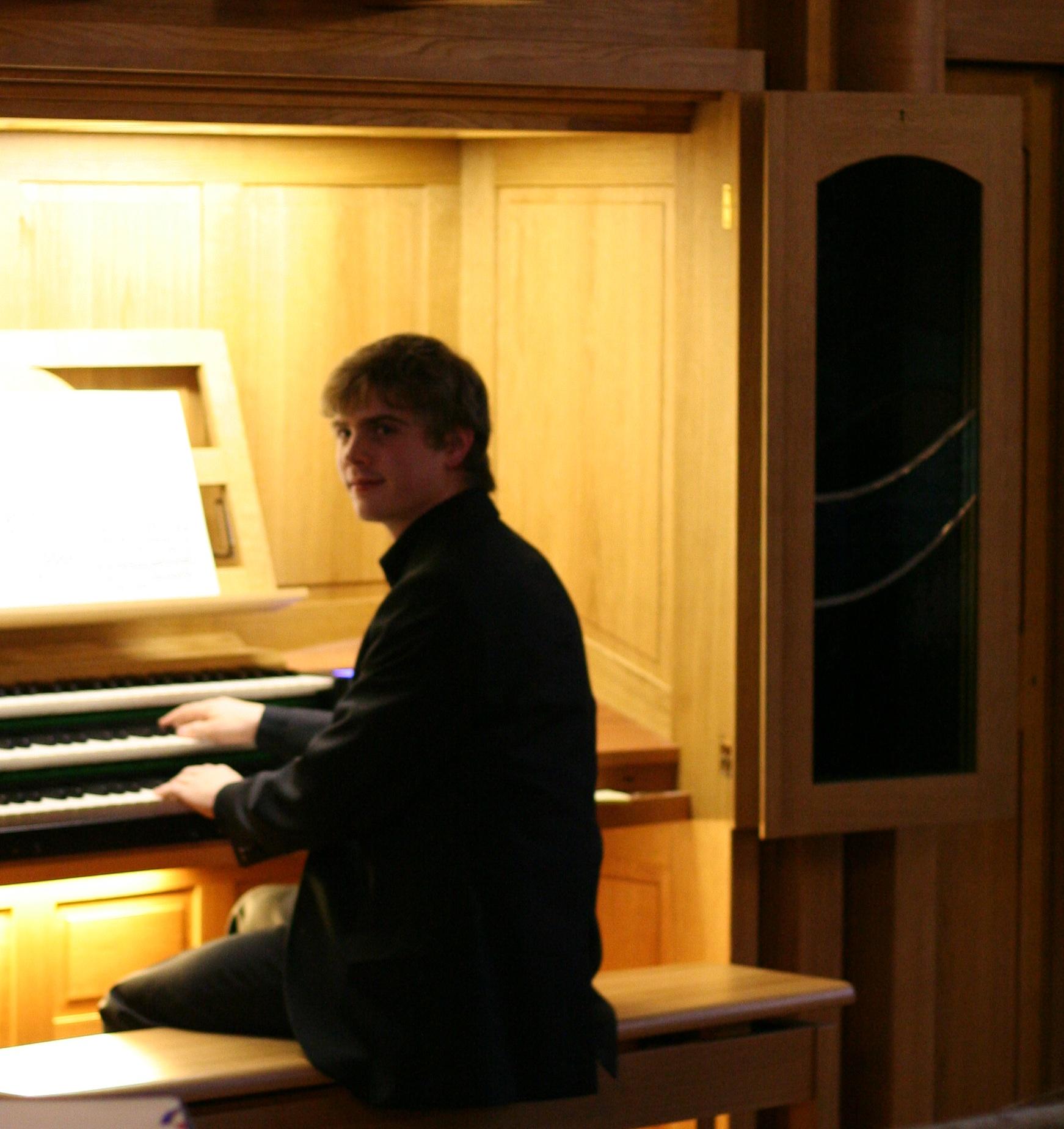 Organist Alexander Töpper an der Paschen-Orgel, Detmold