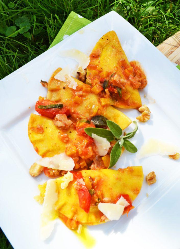 Herbstlich gefüllt! Kürbis-Ravioli mit Tomaten, Salbei und Walnüssen