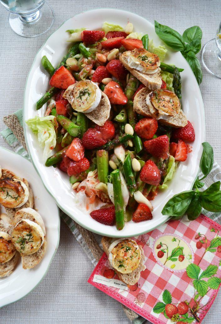 Feiner Mädelsabend-Genuss! Spargel-Erdbeer-Salat mit knusprigen Ziegenkäse-Taler