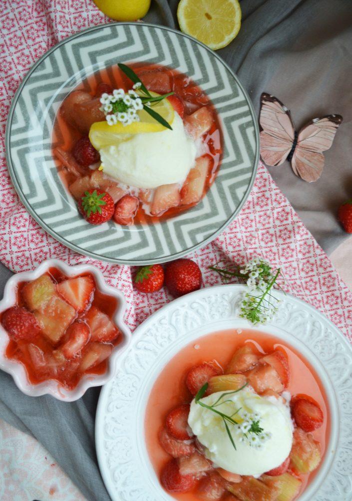 Frisch und fruchtig! Zitroneneis auf Erdbeer-Rhabarber-Ragout