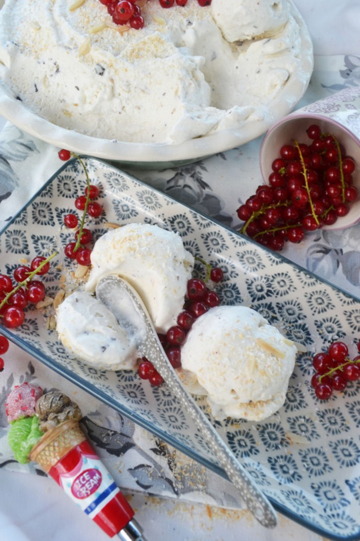 Bounty eiskalt! Cremiges Kokoseis mit Schokostückchen