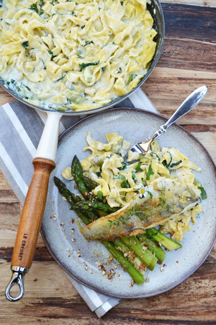 Kommt zu Tisch! Zander mit Ziegenkäse-Bärlauch-Pasta und grünem Spargel