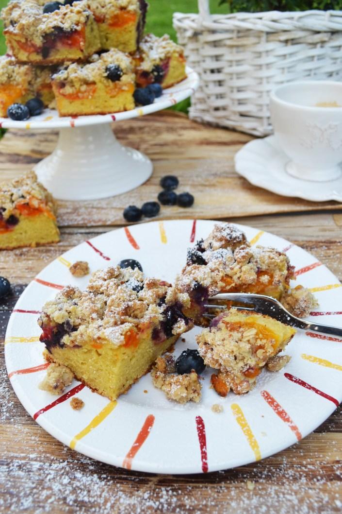 Mit Liebe gebacken! Marillen-Heidelbeer-Streuselkuchen