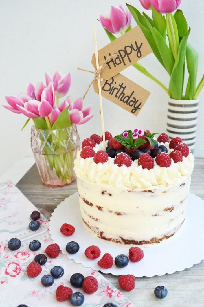Backe, backe Torte! Karottenkuchen-Naked Cake mit Holundercreme und Beerchen