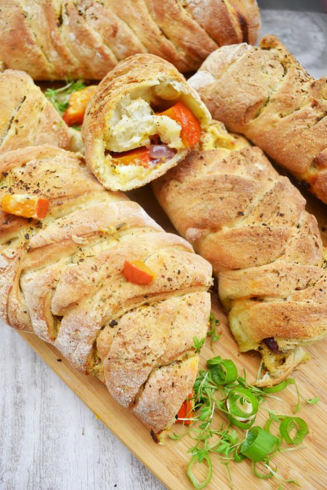 Herbstlich gefüllte Pizzabrötchen zum Verlieben! Kürbis-Stromboli mit Schafkäse und Ricottacreme