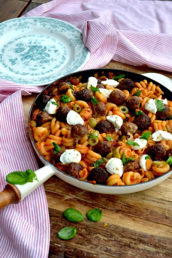 NOT ONLY FÜR SUSI & STROLCH! Lieblings-Fleischbällchen-Pasta mit Tomatensauce, Büffelmozzarella und Oliven