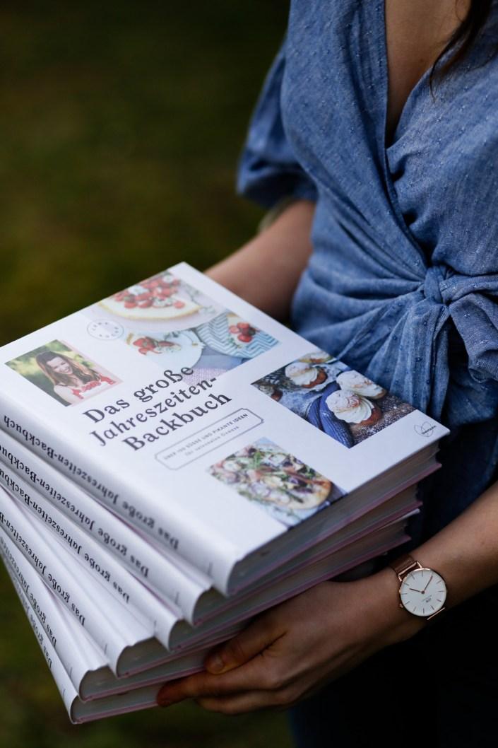 A DREAM COME TRUE! Mein großes Jahreszeiten Backbuch ist ab sofort für euch erhältlich und wartet darauf ein Plätzchen bei euch zu bekommen