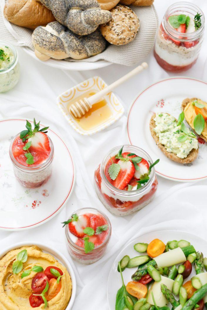 IDEEN ZUM MUTTERTAGSFRÜHSTÜCK! Süßkartoffelhummus, Avocado-Eier-Creme, Erdbeer-Rhabarber-Parfait im Glas & Haubis Verwöhnkörberl