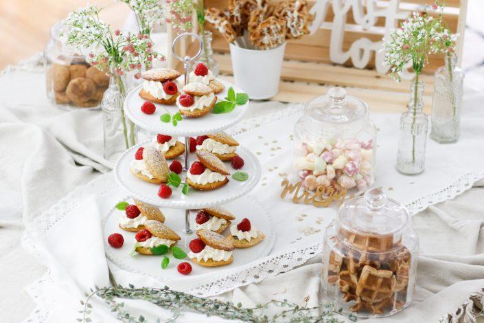 SWEET TABLE IDEEN FÜR SÜSSE HOCHZEITSFREUDEN! Himbeer-Vanille-Madeleines & Bananenbrot-Waffel Bites