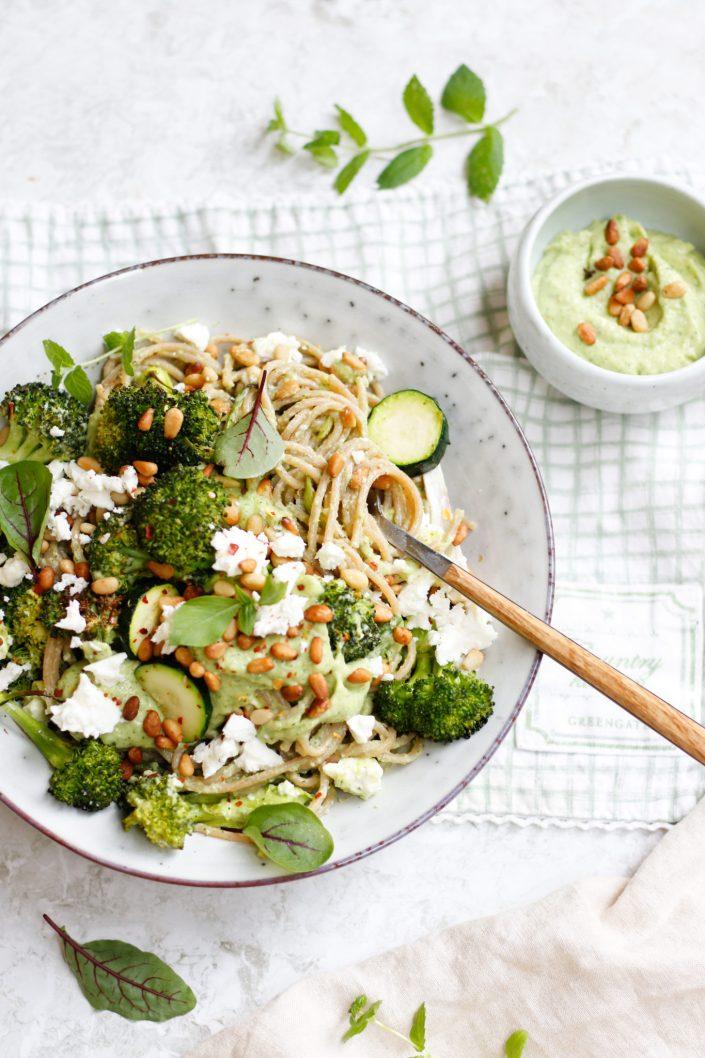 CREAMY DREAMY GREEN PASTA! Spaghetti mit geröstetem grünen Gemüse & Avocado-Basilikum-Pesto