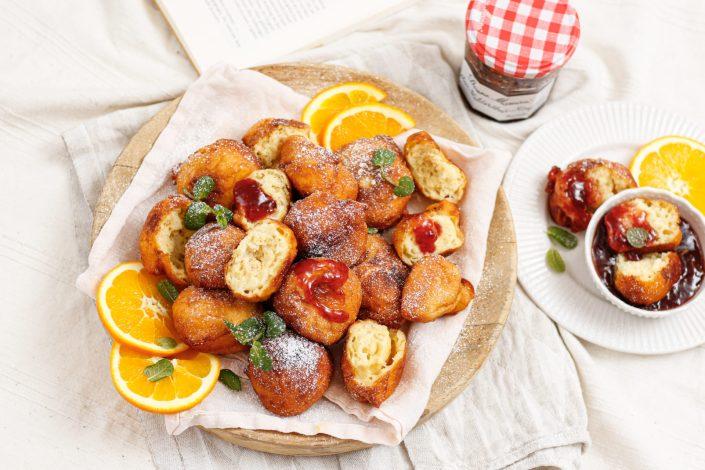 ZUM GLÜCKLICHEN REINBEISSEN! Fluffige Ricotta-Bällchen mit Erdbeer-Walderdbeer-Konfitüre