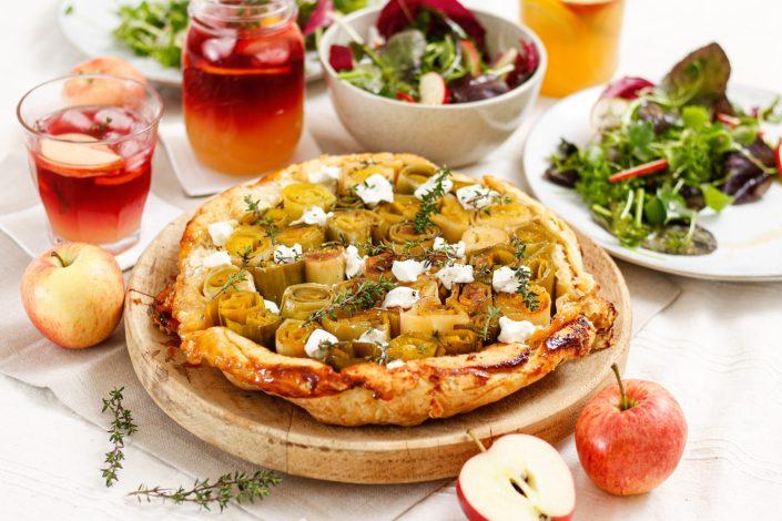 NATÜRLICH SAFTIG KÖSTLICH! Lauch Tarte Tatin mit Ziegenfrischkäse, Frühlingssalat mit Apfel-Vinaigrette & Apfel-Kirsch-Drink mit Thymian