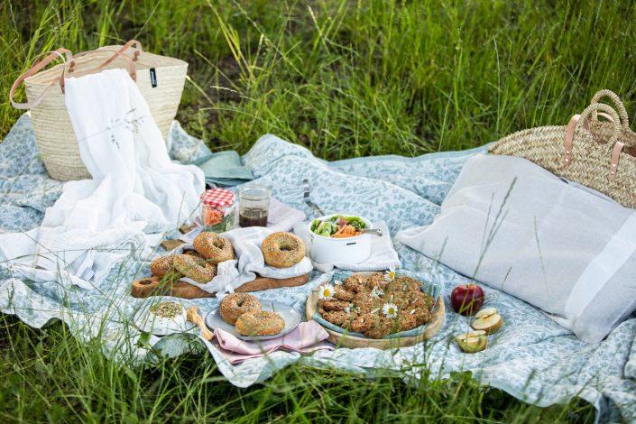 THE CALM WAY OF LIVING! Sommerabend-Magie mit Dinkel-Saaten-Bagels mit Ziegenfrischkäse & Apfel-Walnuss-Cookies