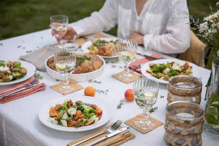 WIR FEIERN MIDSOMMER IM GARTEN! Ziegenkäse-Kräuter-Brötchen & fruchtiger Sommersalat mit Gurke und Walnüsse