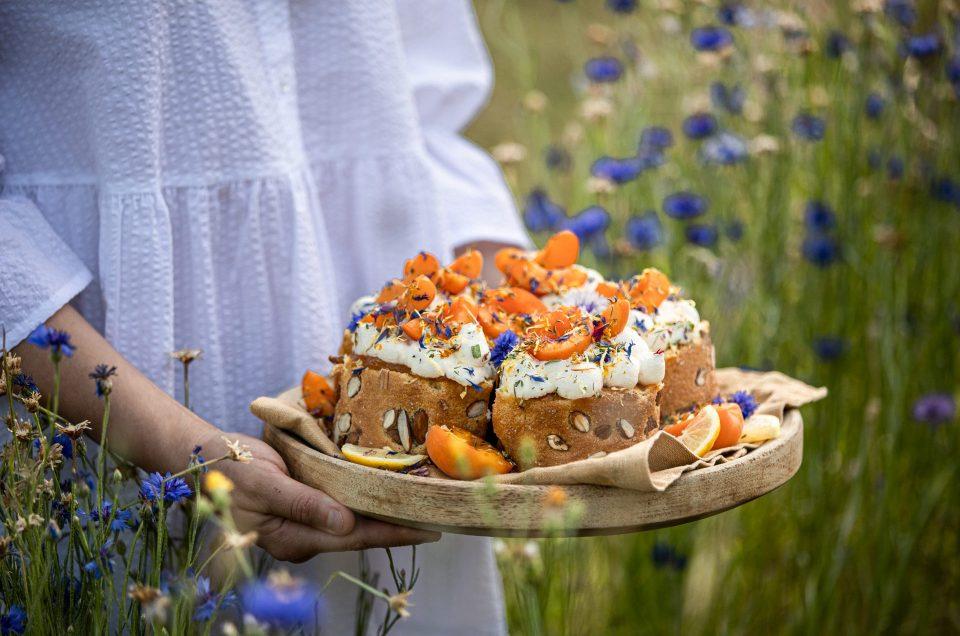 HELLO SWEET SUMMER SUNSHINE! Fluffige-Biskuitrollen-Törtchen mit Marillen und Zitronencreme