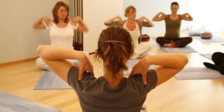 Yogaübung Schulterkreisen