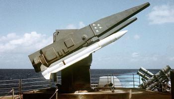 Rebeldes do Yemen lançam dois mísseis contra destroyer americano