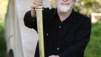 Livros inacabados de Terry Pratchett esmagados por um rolo compressor